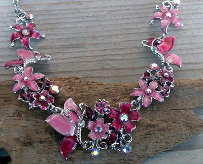 halsketting vlinders en bloemen roze