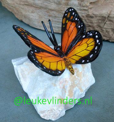 vlinder brons oranje op steen