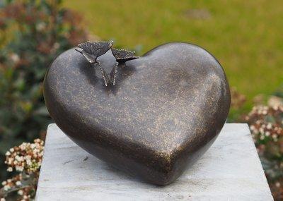 urn brons hart met vlinders