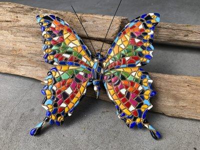 kleurige vlinder voor aan de muur