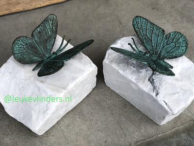 vlindertje brons turquoise op steen