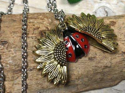 ketting hanger lieveheersbeestje bloem